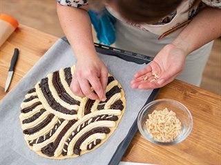 Merhování je zdobení chodského kynutého koláče tvarohem, mákem a povidly....
