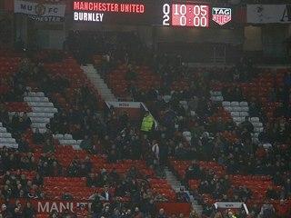 Pohled na prořídlé tribuny v závěru ligového zápasu Manchester United - Burnley.