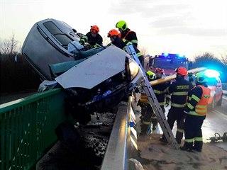 Mladý řidič auto při nehodě mezi Podivínem a Lednicí přepůlil o zábradlí.