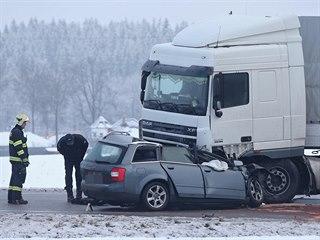 Při srážce osobního auta a kamionu u Jihlavy zemřel řidič menšího z vozů.