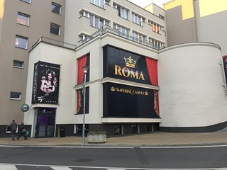 Kasino v centru Teplic, vedle kterého je několik pronajímaných obchodů,...
