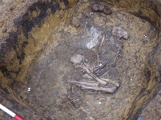 Archeologům se podařilo při průzkumu předpolí lomu Vršany odkrýt čtyři hroby...