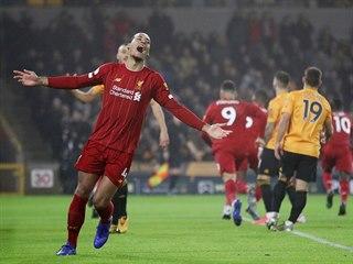 Virgil van Dijk slaví gól Liverpoolu v utkání proti Wolverhamptonu.