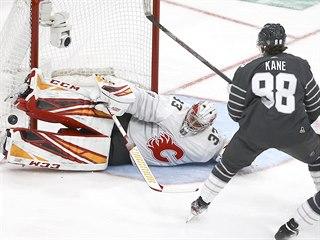 Brankář David Rittich při Utkání hvězd NHL, před ním Patrick Kane.