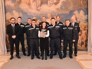 Členové sboru kroměřížských dobrovolných hasičů při přijetí na místní radnici