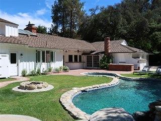 Pohled na dům přes bazén