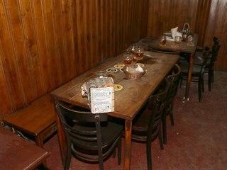 Muž odpálil pyrotechniku přímo na stole v restauraci v centru Prahy. (22.1.2020)