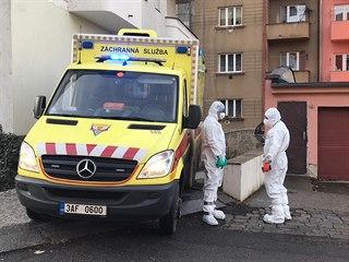 Záchranáři odvezli několik Číňanů z hotelu v Praze do nemocnice. (28.1.2020)
