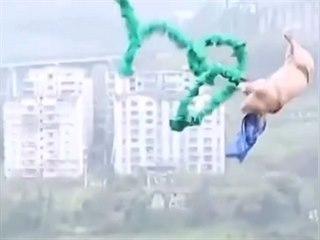 Číňané shodili na bungee jumpingu prase. Dobře se bavili