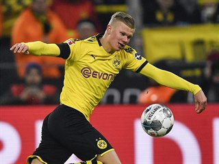 Erling Haaland (vlevo) z Dortmundu se snaží zbavit Rafaela Czichose z Kolína.
