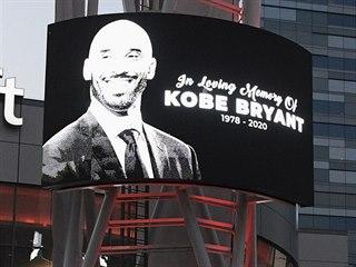 Kobe Bryant ovládl prostor před arénou Staples Center v Los Angeles, jeho úmrtí...