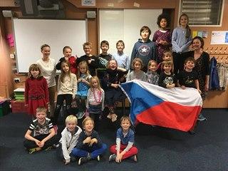 Česká škola v Edinburghu, vlevo je Veronika Macleodová, vpravo Radka...