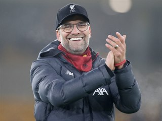 Liverpoolský trenér Jürgen Klopp tleská fanouškům po vítězství nad...