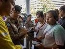 Příbuzní pohřešovaných čekají před pohotovostí, kde zdravotníci ošetřují oběti...