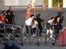 Vojáci evakuují lidi z obchodního centra, ve kterém došlo k masové střelbě. (9....