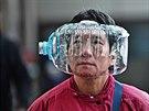 Muž v Hongkongu využil plastovou láhev jako alternativu nedostatkové respirační...