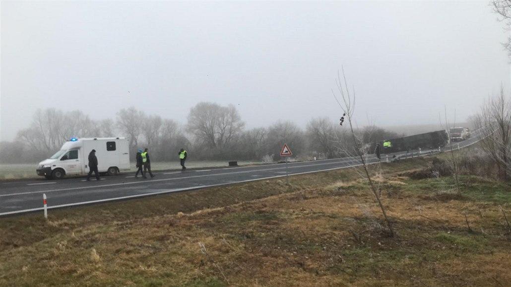 Na Žatecku havaroval autobus se 70 studenty. Sjel ze silnice a převrátil se