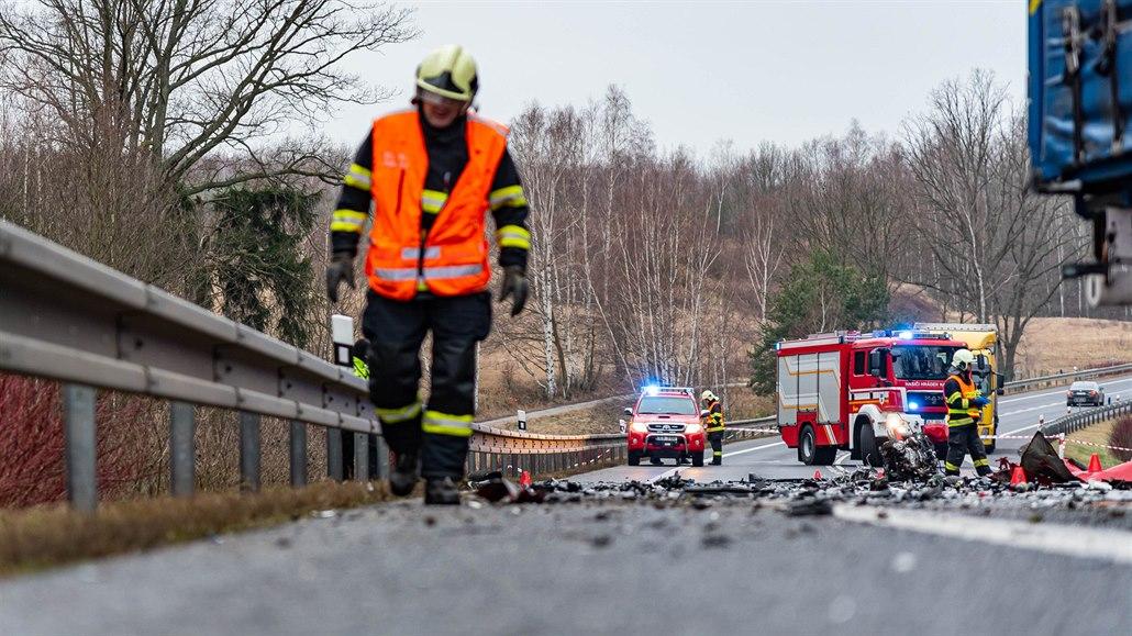 Střet auta s dodávkou na Semilsku nepřežila žena, mezi zraněnými jsou i děti