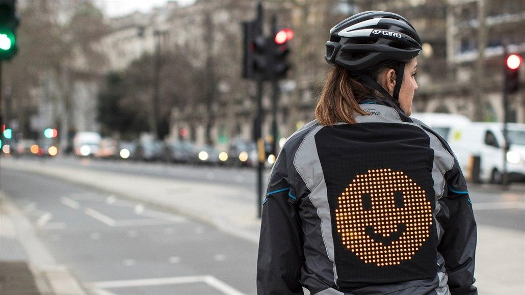 Už žádná sprostá gesta: cyklistická bunda ukazuje směrovky a náladu