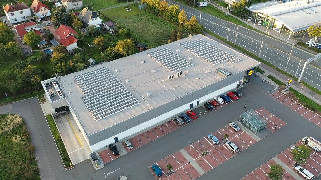 Střechy solárníkům nestačí, chtějí budovat panely i na zemi. Vláda to odmítá