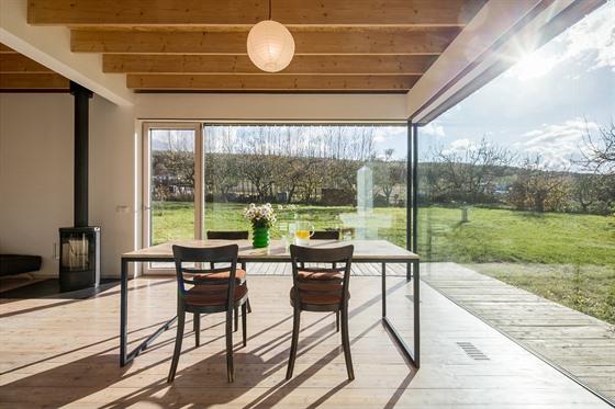 Velkoformátové bezrámové zasklení a poloha obývacího prostoru spolu tvoří...