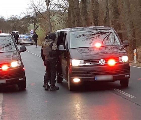 Muž v Plzni ukradl ženě auto poté, co zastavila na křižovatce a donutil ji i s...