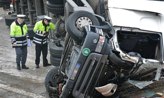 Na D8 se srazila dodávka s kamionem. U Roudnice se jezdí jedním pruhem