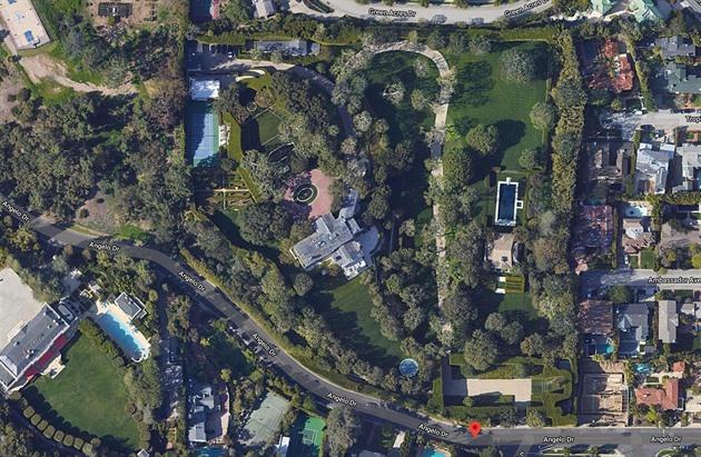 Šéf Amazonu koupil za rekordní sumu vilu po zakladateli studia Warner