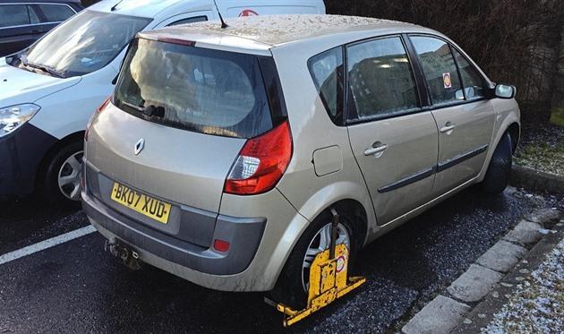 Stání v centru Jihlavy už celé týdny blokuje britské auto s botičkou