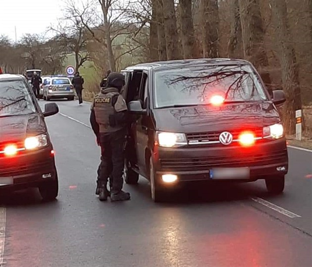 Lupič donutil řidičku auta vystoupit i s dítětem na křižovatce a ujel