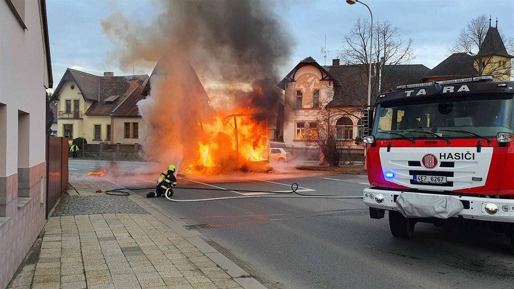 V centru Přelouče hořel kamion s molitanem, oheň zničil i auto vedle něj