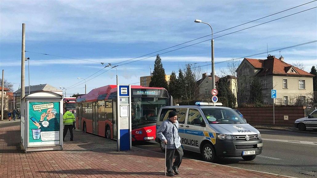 Opilý řidič naboural v Karviné do autobusu. Zranil sebe i spolujezdce