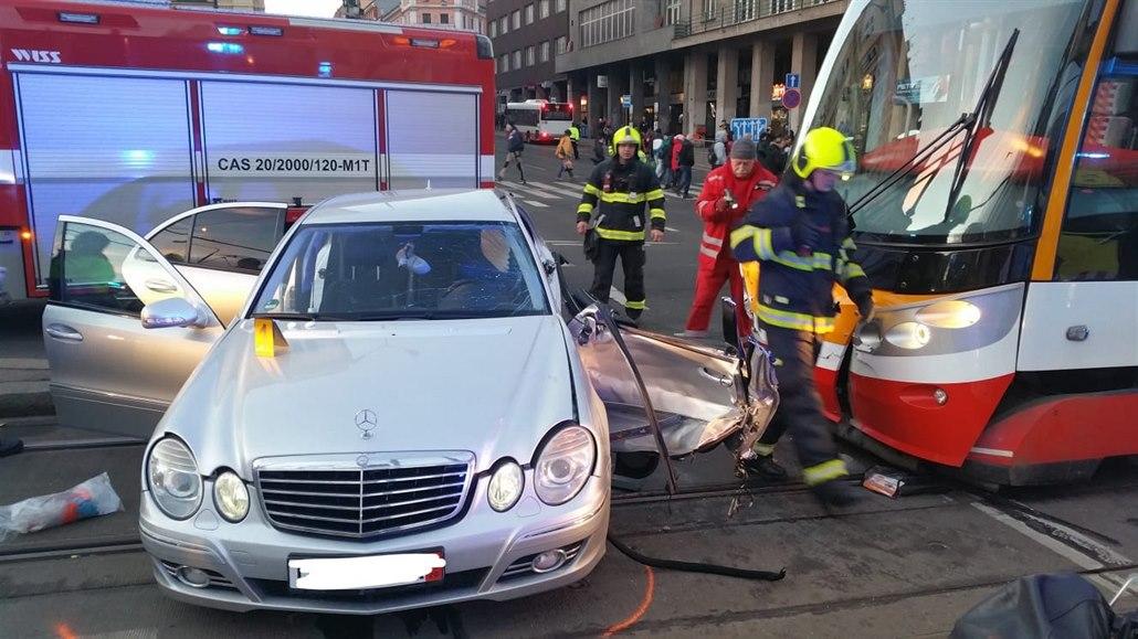 U stanice I. P. Pavlova se srazila tramvaj a auto, doprava byla omezená