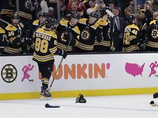 David Pastrňák si užívá ovace fanoušků i gratulace od spoluhráčů z Bostonu....
