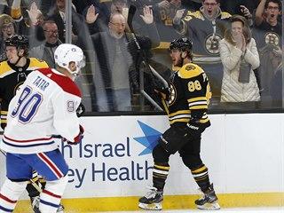 David Pastrňák z Bostonu se raduje z nastříleného hattricku proti Montrealu.
