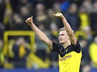 Dortmundský kanonýr Erling Haaland zdraví fanoušky Borussie po svém dvougólovém...