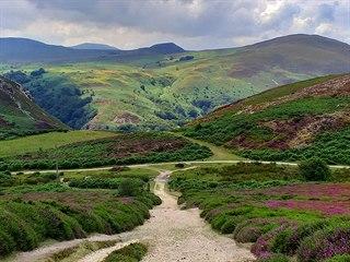 Za městem Conwy lze jít zhruba 16 kilometrů buď po cyklostezce na pobřeží, nebo...