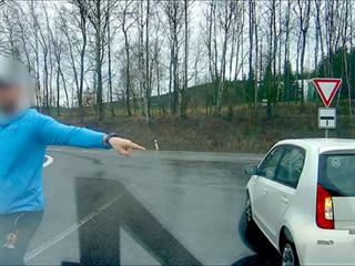 Řidič bílého vozu donutil dodávku zastavit na nepřehledném místě a řidiči...