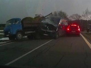 Nepozorný řidič na Vysočině naboural dvě auta