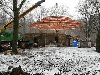 Na vyhořelém zámečku Dvojhradí ve Mstišově se už rýsuje střecha