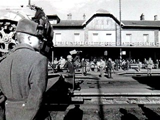 Sovětský voják obhlíží situaci při odjezdu z Frenštátu pod Radhoštěm 26. února...