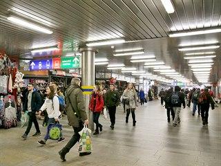 Podchod u brněnského nádraží z 80. let minulého století je nepřehledný,...