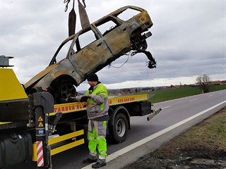 Ředitelství silnic a dálnic nechalo ohořelý vrak odtáhnout na své náklady.