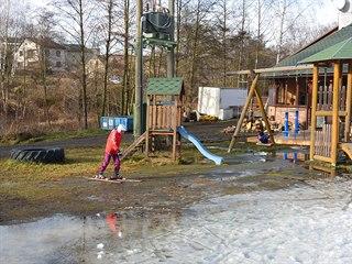 Vlekaři i přes nepřízeň počasí udržují v provozu níže položený lyžařský areál v...