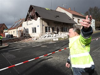 Hasiči zasahovali v Doberské ulici v Kladně, kde silný vítr posunul střechu a...
