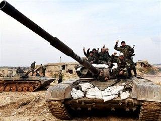 Syrští vojáci ukazují symbol vítězství v západní části Aleppa. (27. ledna 2020)