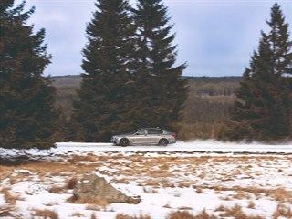 Místní spojka k osadě Jelení není v zimě vůbec udržována. Dokonce i teď, když...