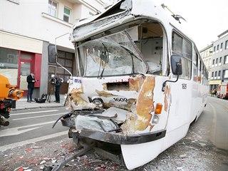 Po nehodě záchranáři ošetřili pět lidí. Tři z nich museli být transportováni do...