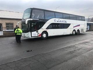 Zmocněnec majitele dálkového autobusu dnes na dvoře dopravního podniku v Ústí...