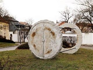 Polcarova práce v Roudnici pronikla i do veřejného prostoru. Monumentální,...